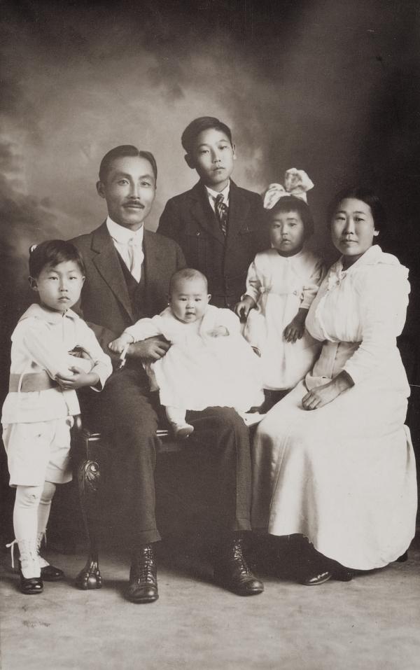1917년 도산 안창호가 대한인국민회 총회장으로 멕시코 동포사회 순방을 떠나기 전의 가족사진. 앞줄 왼쪽부터 필선, 도산, 수라, 필립, 수산, 이혜련.