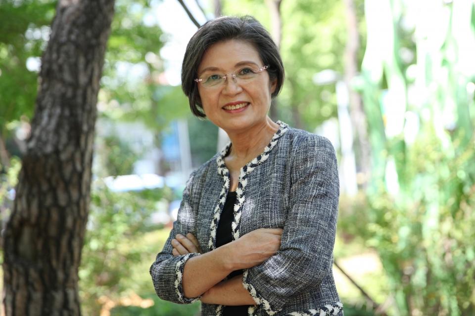 이낙연 전 더불어민주당 대표 배우자 김숙희씨가 8월19일 인터뷰 후 여성신문사 인근에서 사진을 찍고 있다. ⓒ홍수형 기자