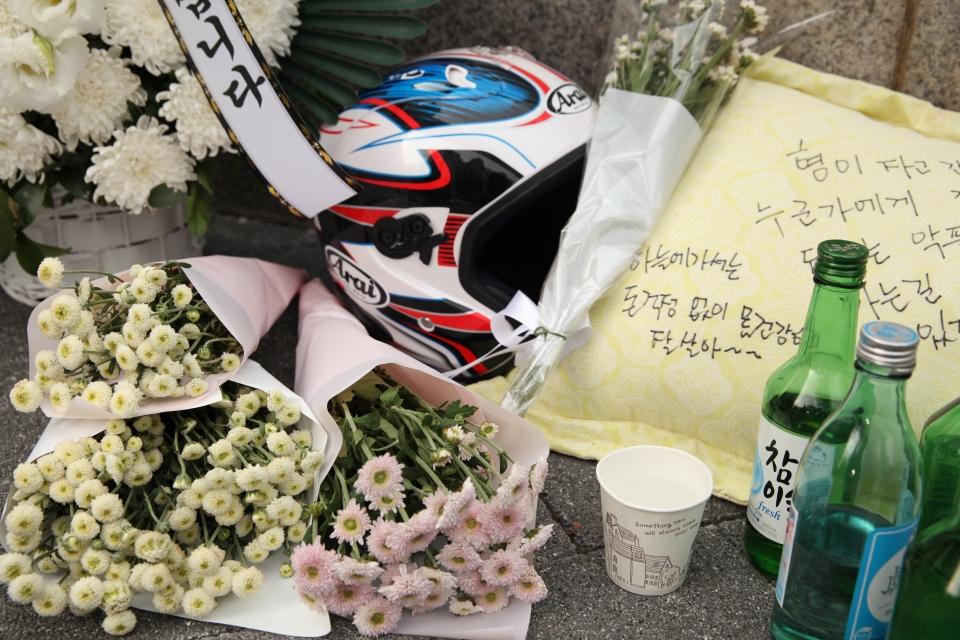 30일 서울 강남구 선릉역 사거리 인근에서 지난 26일 화물차에 치어 숨진 배달 오토바이 운전자를 위한 추모공간이 마련돼 있다. ⓒ홍수형 기자