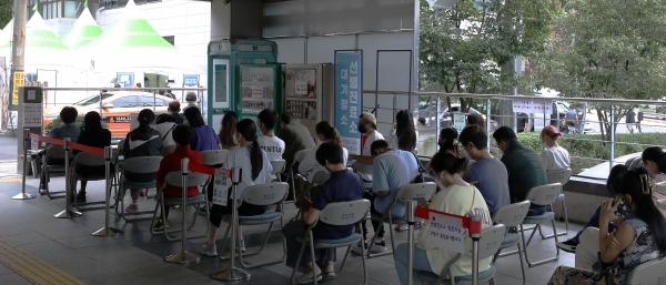 1일 오전 서울 서대문구보건소에 마련된 선별진료소에 시민들이 검사를 받기 위해 대기하고 있다.