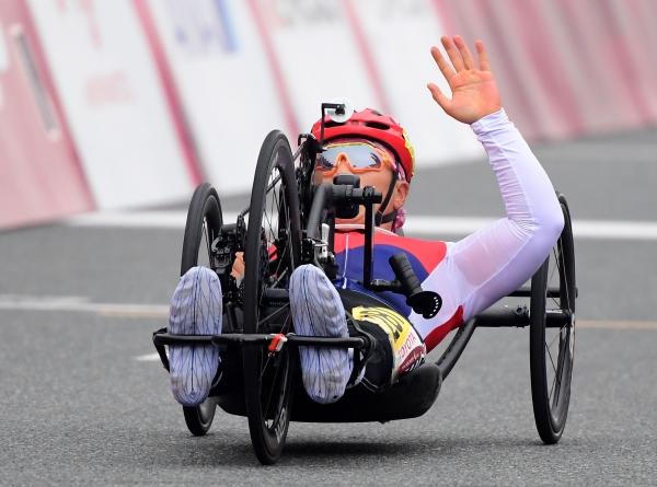 1일 일본 시즈오카현 후지국제스피드웨이에서 열린 2020 도쿄패럴림픽 사이클 여자 개인도로(H1-4) 경기에 출전한 이도연이 결승선을 통과하고 있다.