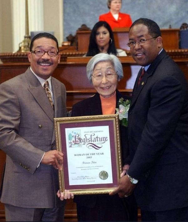 2003년 캘리포니아주 올해의 여성으로 선정된 안수산 여사가 시상식에서 활짝 웃고 있다. ⓒ필립 안 커디