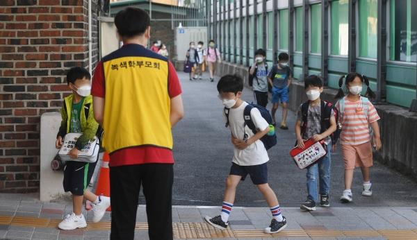 6일 오전 서울 강북구 번동초등학교에 학생들이 등교하고 있다. 사진은 기사와 무관. ⓒ뉴시스/공동취재사진