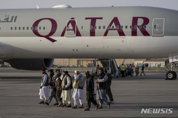 9일(현지시간) 아프가니스탄 수도 카불 국제공항에서 카타르 항공 보잉 777기가 이륙 준비를 하고 있다. ⓒAP/뉴시스