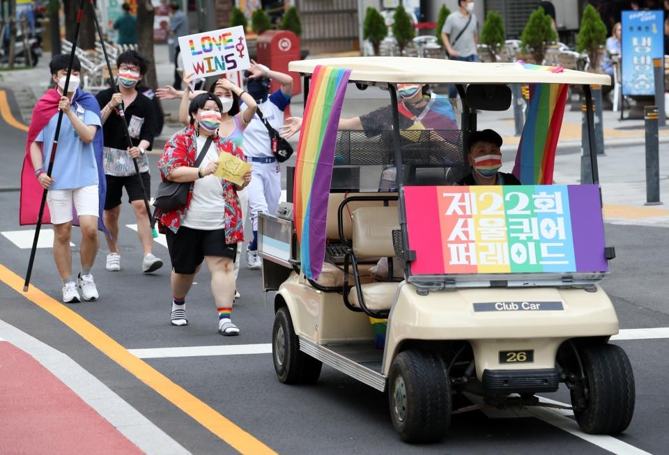 '모두 함께 행진' 서울퀴어퍼레이드 참가자들이 27일 서울 중구 남대문시장 앞에서부터 청계천 광장까지 도심 행진하고 있다. ⓒ뉴시스