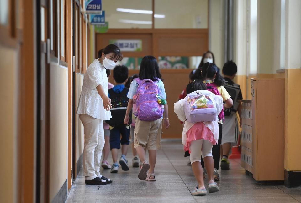 '다시 만나서 방가워요' 본격적으로 등교를 시작한 6일 서울 강북구 번동초교에 학생들이 오랫만에 만난 친구들과 선생님에게 인사하고 있다. ⓒ뉴시스