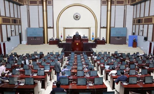 경기도의회는 15일 제3차 재난지원금 예산 6379억9790만원을 포함한 2021년도 제3회 경기도 추가경정예산안을 통과시켰다. ⓒ경기도의회
