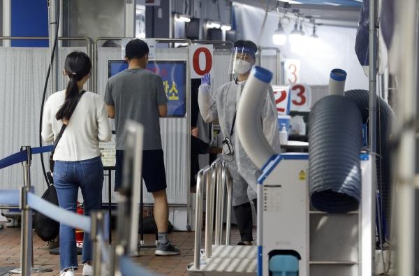 28일 서울 영등포보건소 선별진료소에서 시민들이 검사하고 있다. ⓒ뉴시스·여성신문