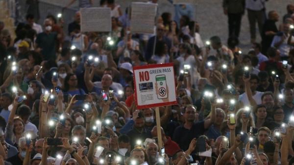 이탈리아 로마에서 시민들이 코로나19 백신 여권 반대 시위를 하고 있다. ⓒAP/뉴시스