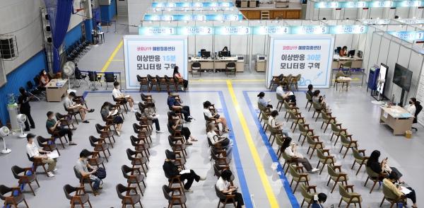 2일 오후 서울 마포구민체육센터에 마련된 코로나19 백신 예방접종센터에서 시민들이 모니터링 구역에서 대기하고 있다. ⓒ뉴시스·여성신문