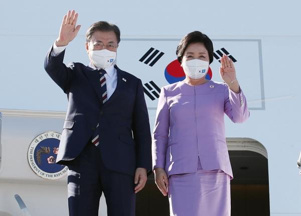 유엔(UN)총회 참석을 위해 미국 뉴욕을 방문한 문재인 대통령과 부인 김정숙 여사가 19일(현지시간) 뉴욕 JKF 국제공항에 도착해 공군 1호기에서 내리며 환영 인사들을 향해 손 흔들어 인사하고 있다 ⓒ뉴시스