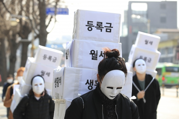 전국대학학생회네트워크, 청년하다 등으로 구성된 등록금반환 운동본부 회원들이 8일 오후 서울 종로구 자하문로에서 '대학생 등록금 반환 요구' 행진을 하고 있다.