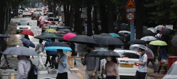 7일 오전 서울 광화문 인근에서 시민들이 가을비 속에서 출근길 발걸음을 재촉하고 있다.