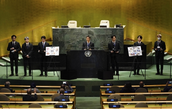 그룹 BTS(방탄소년단)이 20일(현지시간) 미국 뉴욕 유엔본부 총회장에서 열린 제2차 SDG Moment(지속가능발전목표 고위급회의) 개회식에서 발언하고 있다.
