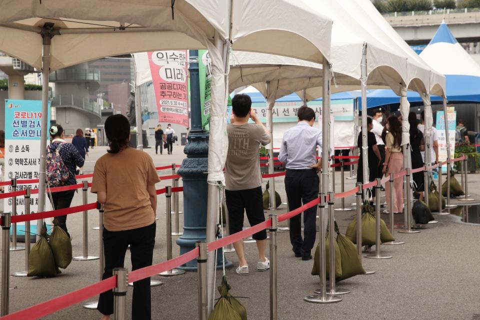 6일 오후 서울 중구 서울역 선별진료소 앞에서 시민들이 코로나19 검사를 받기 위해 줄 서 있다. ⓒ홍수형 기자