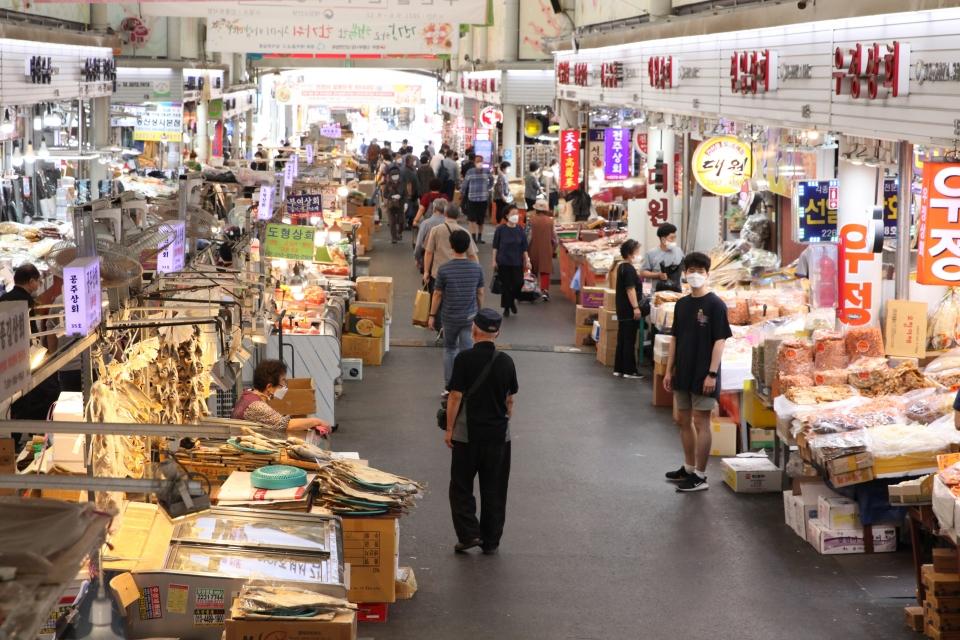 '북적이는 전통시장' 추석 맞아 13일 서울 중구 중부시장에는 시민들로 북적이고 있다. ⓒ홍수형 기자