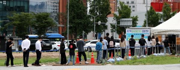 1일 오후 서울 용산구 용산역 임시선별진료소에서 시민들이 길게 줄을 서 있다. ⓒ뉴시스·여성신문
