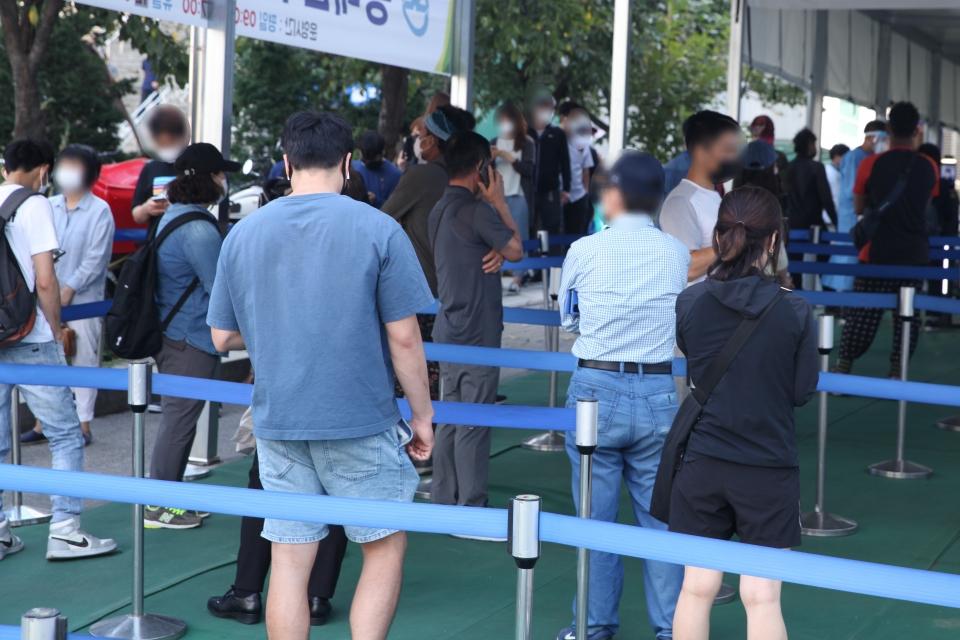 추석 연휴 이후 첫날인 23일 서울 동대문구 선별진료소에서 시민들은 코로나19 검사를 받기 위해 긴줄을 대기 하고 있다. ⓒ홍수형 기자