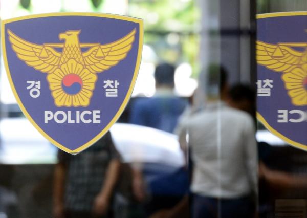 경찰청 로고가 서울 종로구 서울지방경찰청유리문에 붙어있다. ⓒ뉴시스·여성신문
