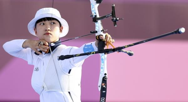 대한민국 양궁 대표팀 안산 선수가 7월24일 2020 도쿄올림픽 양궁 남녀혼성단체전 결승에 참여해 경기를 하고 있다. ⓒ뉴시스·여성신문