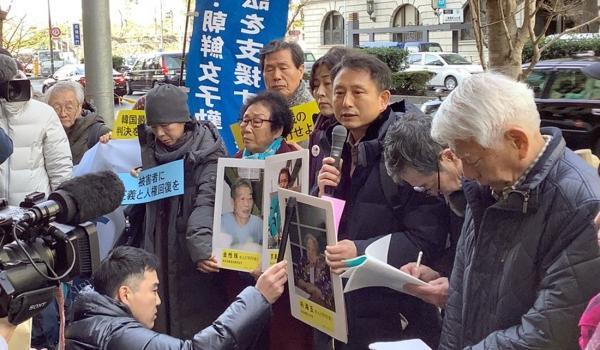 근로정신대 할머니와 함께하는 시민모임이 17일 오전 일본 도쿄 미쓰비시중공업 본사 앞에서 열린 '강제동원 문제 해결 촉구 금요행동 500회 집회'에 참석해 '사과와 배상'을 촉구하고 있다. ⓒ근로정신대 할머니와 함께하는 시민모임