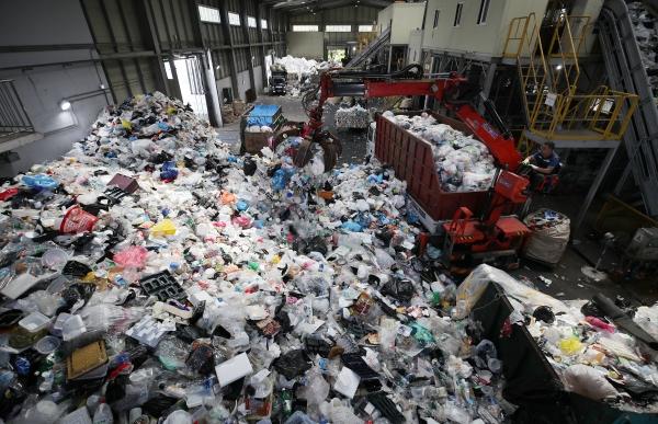 추석 연휴가 끝난 23일 오전 대구 수성구 생활자원회수센터에 한꺼번에 밀려든 선물 포장용 비닐과 스티로폼이 산더미처럼 쌓여있다.