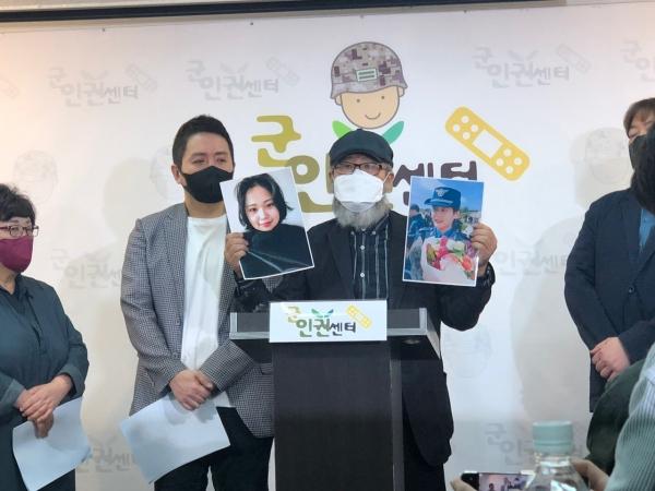 """28일 서울 마포구 군인권센터에서 열린 기자회견에서 이 중사 아버지는 딸의 사진을 공개하며 """"얼굴과 실명을 공개하면서라도 호소하고 싶은 마음이 크다""""며 """"할 수 있는 최후의 것을 전부하는 것""""이라고 설명했다. ⓒ여성신문"""