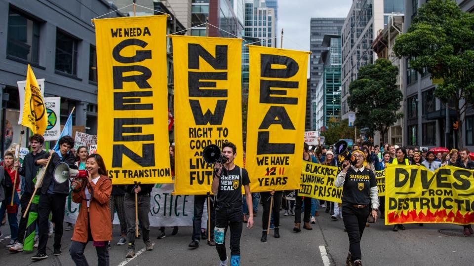 """미국에서는 청년들이 기후위기 대응에 앞장서고 있다. 청년단체 '선라이즈무브먼트(Sunrise Movement)'는 """"우리의 미래를 위해 온실가스를 줄이고, 불평등을 없애는 일자리가 필요하다""""며 '그린 뉴딜'을 강력하게 요구한다. ⓒSunrise Movement 페이스북 캡처"""