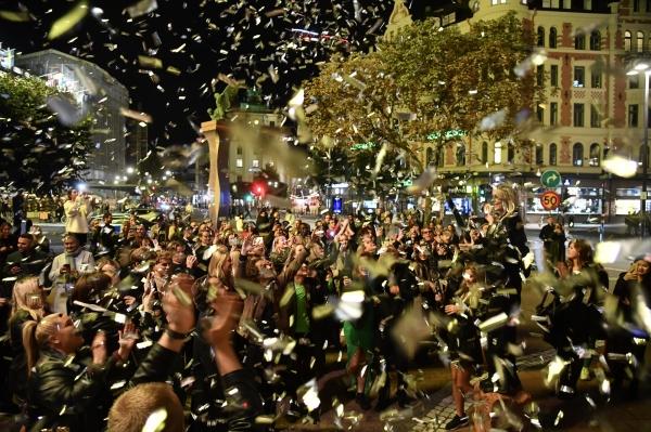 지난 9월29일(현지시간) 스웨덴 스톡홀름의 스투레플란 거리에서 시민들이 모여 코로나19 규제 완전 해제를 축하하고 있다. ⓒAP/뉴시스