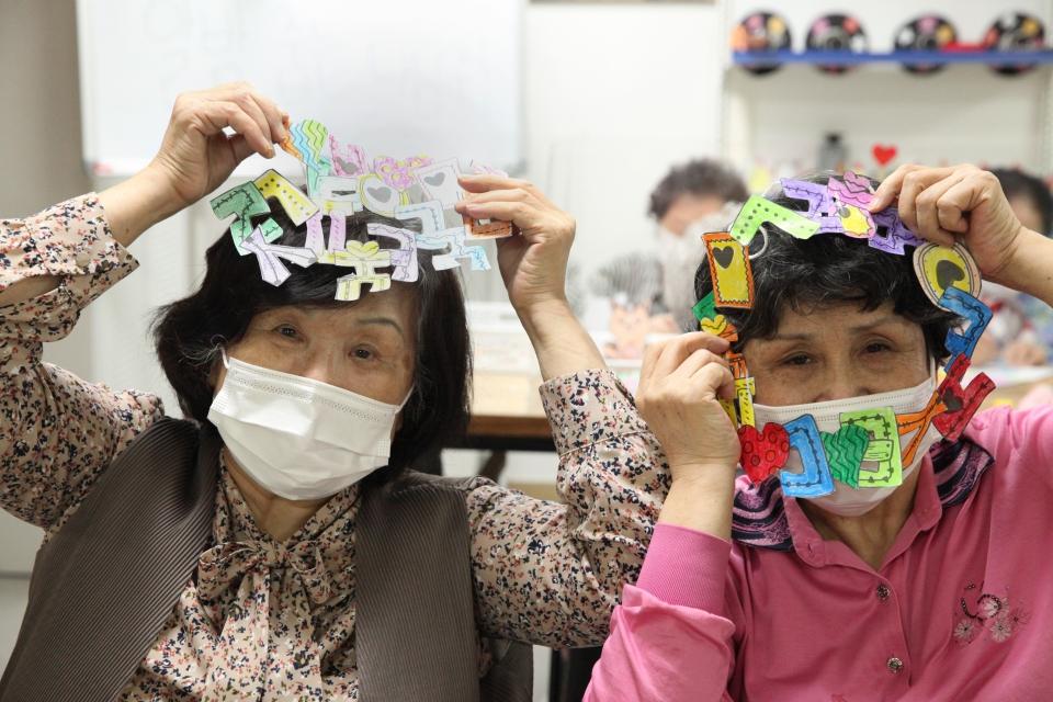 '한글의 날 사랑해요' 다가 오는 한글의 날 맞아 5일 서울 양천구 연세데이케어센터에서 어르신들이 한글로 리스 만들기 수업을 참석했다. ⓒ홍수형 기자