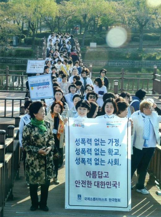 2015년 4월 22일 제42차 한국협회 총회에서 열린 성폭력방지캠페인 모습. ⓒ국제소롭티미스트 한국협회