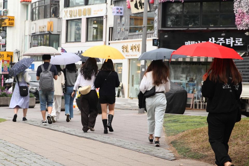 7일 서울 마포구 홍대입구역 인근 시민들은 비를 피하기 위해 발걸음을 옮기고 있다. ⓒ홍수형 기자