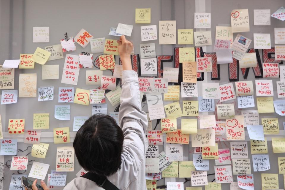 12일 서울 종로구 갤러리291에서 사일런트메가폰이 주최한 '쉬다가여전' 전시회를 관객들이 관람하고 있다. ⓒ홍수형 기자