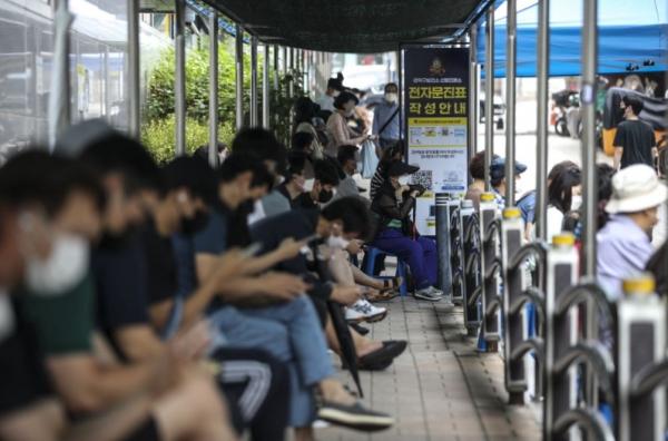 23일 오전 서울 관악구보건소에 설치된 코로나19 선별진료소를 찾은 시민들이 검사를 받기 위해 대기하고 있다. ⓒ뉴시스·여성신문<br>