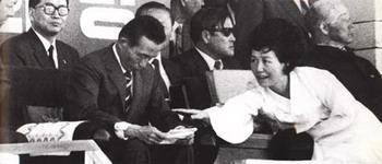 1966년 9월 30일 대전 공설운동장에서 연설을 마친 박 대통령에게 육 여사가 한 농부의 진정서를 전해주고 있다. 육 여사는 이처럼 자신이 챙길 수 있다면 사소한 민원이라도 챙기고자 최선을 다한 것으로 기억되고 있다.