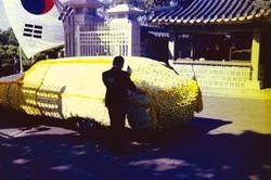 1974년 8월 19일 육영수 여사의 영구차를 떠나보내며 애통해하는 박정희 대통령.