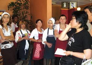 레스토랑에서 서빙 훈련을 받고 있는 여성들 모습.  sumatriptan 100 mg sumatriptan 100 mg sumatriptan 100 mg