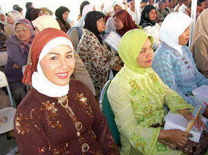 여성지도자회의에 참석한 화려한 복장의 인도네시아 엘리트여성들.abortion pill abortion pill abortion pill