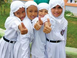교복차림의 인도네시아 초등학교 여자아이들.