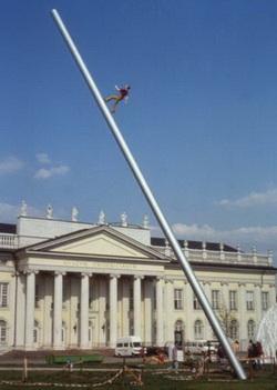 조나단 보로프스키의 '하늘을 향해 걷는 사람'은 높이 24m짜리 작품이다.cialis coupon free   cialis trial coupon