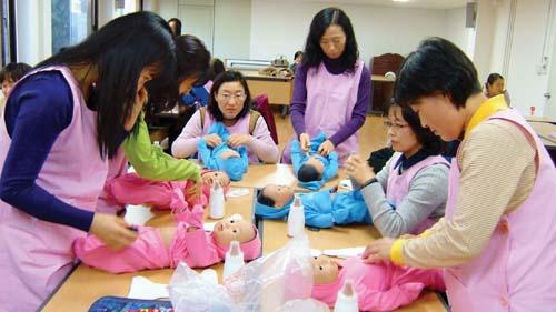 베이비시터 전문교육에 참가한 여성들이 유아 기저귀 갈아주기를 실습하고 있다. cialis coupon cialis coupon cialis couponabortion pill abortion pill abortion pillsumatriptan patch sumatriptan patch sumatriptan patch