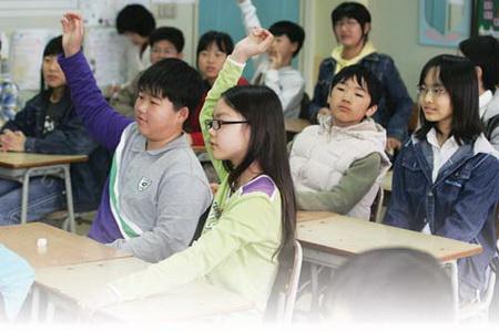 아이에게 자기주도적으로 학습할 수 있도록 교육하면 학교 수업에도 자신감을 갖게 된다.
