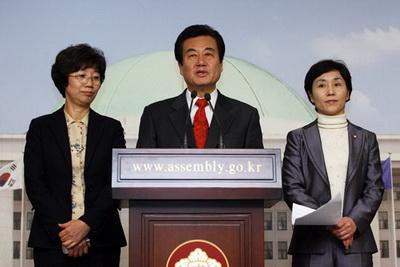 민노당 천영세 대표 직무대행은 지난 11일 긴급 의원총회가 끝난 직후 기자회견을 열고