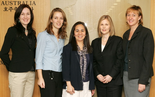 왼쪽부터 제니 메이슨, 스테파니 오이켄스, 에바노 팔렉 믹미켄, 타냐 설리반, 메리제인 리디코트. ⓒ여성신문 정대웅 기자