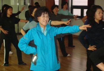 진수희 후보가 운동원들과 선거율동을 연습하고 있다.