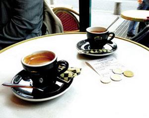 파리의 한 카페. 커피 값에 팁까지 놓여 있는 테이블.