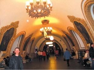 궁전을 방불케 할 정도로 화려한 레딘스끼야 지하철역.