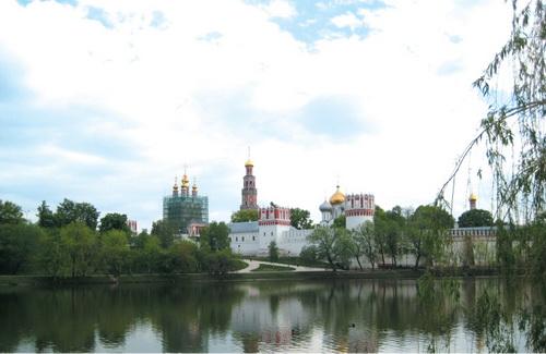 16세기에 건축돼 요새와 유배지로 사용됐던 노보데비치 사원과 차이콥스키의 '백조의 호수'의 배경이 됐다는 노보데비치 호수. 사원 부속 묘지엔 고골, 체호프, 옐친 등이 묻혀 있다.