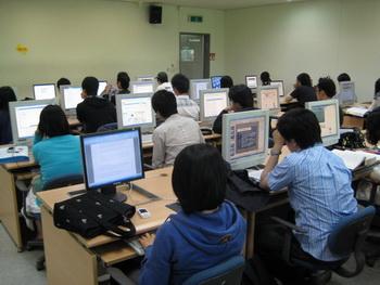 학교 컴퓨터실에서 리포트 작성에 몰두하고 있는 학생들의 모습.sumatriptan patch http://sumatriptannow.com/patch sumatriptan patch