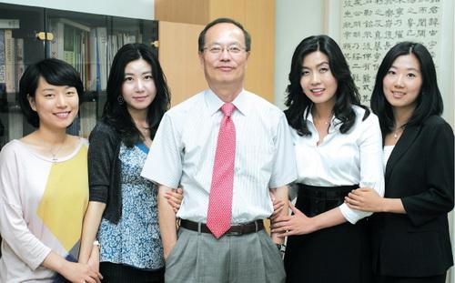 박헌영 원장(사진 가운데)과 이화 MBA 재학생들이 함께 했다. ⓒ여성신문 정대웅 기자 asrai@womennews.co.kr